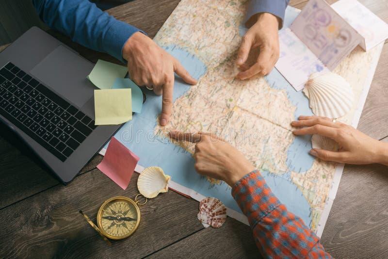 Deixe o plano do ` s uma viagem nova! Cople está pesquisando o mapa Criando novo roed Camino de Santiago Vista superior imagens de stock royalty free