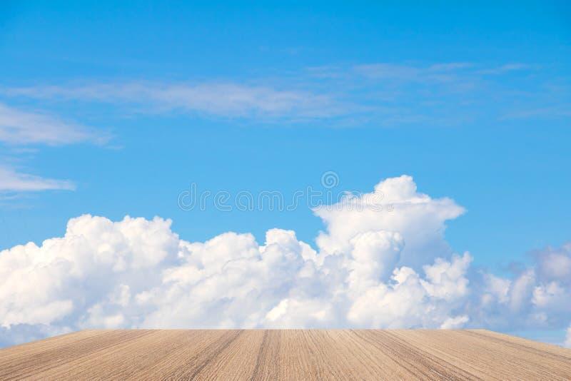 Deja de lado el top de madera del piso vacío con el fondo vivo de la nube del cielo azul fotos de archivo libres de regalías