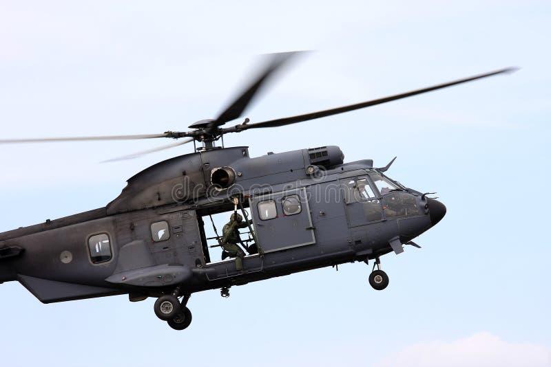 Dejando a un vuelo el helicóptero holandés de la fuerza aérea fotografía de archivo