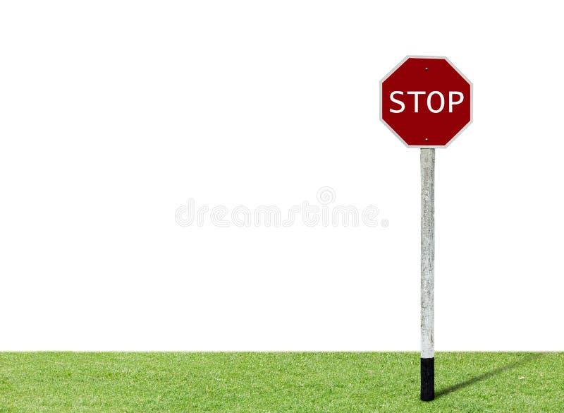 Dejar de firmar sobre césped verde con fondo blanco fotografía de archivo