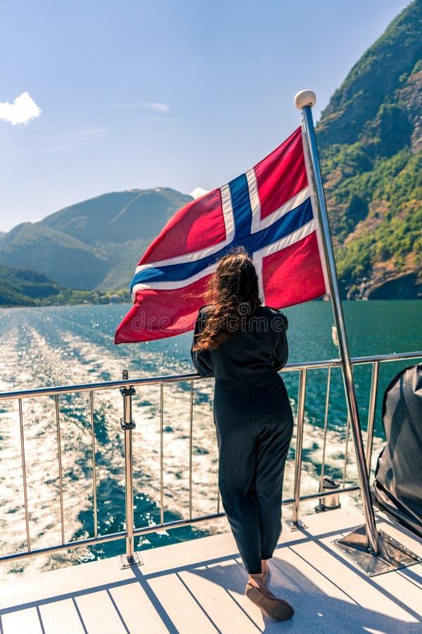 Dejar el puerto de Flam en Noruega foto de archivo libre de regalías