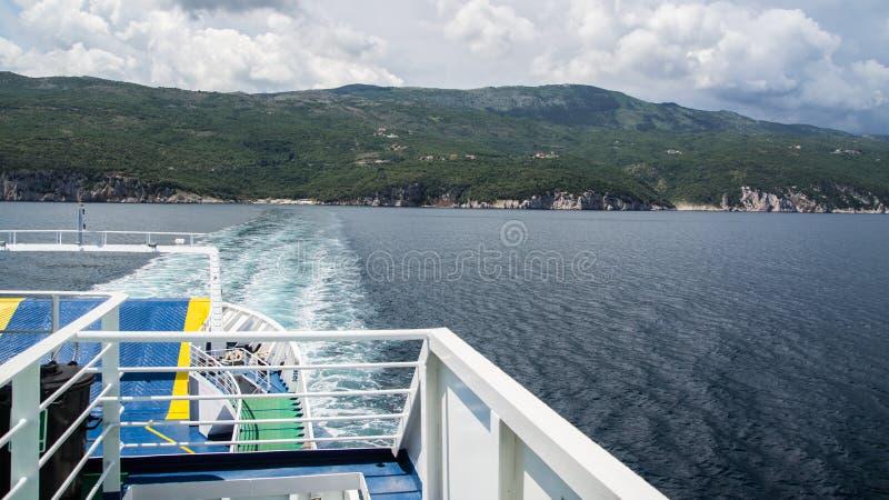 Dejar la costa de Croacia en transbordador con la tormenta inminente imagen de archivo