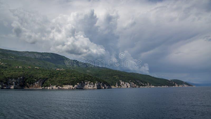 Dejar la costa de Croacia en transbordador con la tormenta inminente foto de archivo libre de regalías