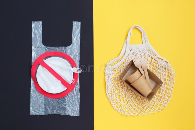 Dejen de firmar los platos de plástico La transición al uso de los utensilios ecológicos imagen de archivo