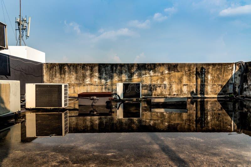 Dek met water op het gebouw stock foto