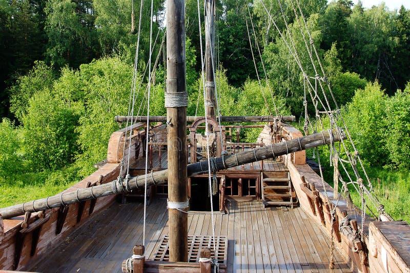 Dek op een oud schip stock foto