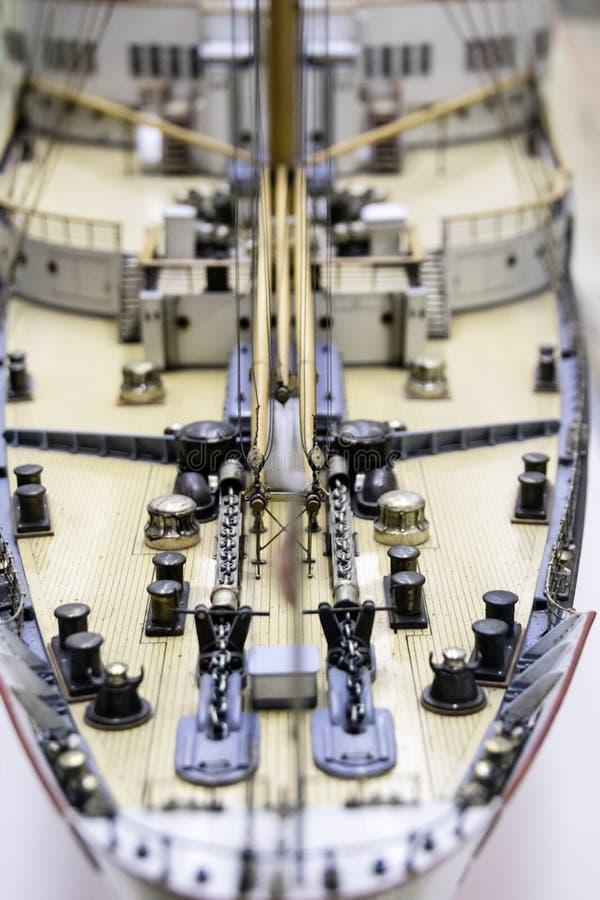 Dek van een modelschip met ankerkettingen royalty-vrije stock fotografie