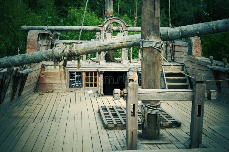 Dek van het oude houten schip stock afbeeldingen