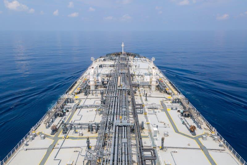 Dek van olieproducttanker in het overzees stock foto's