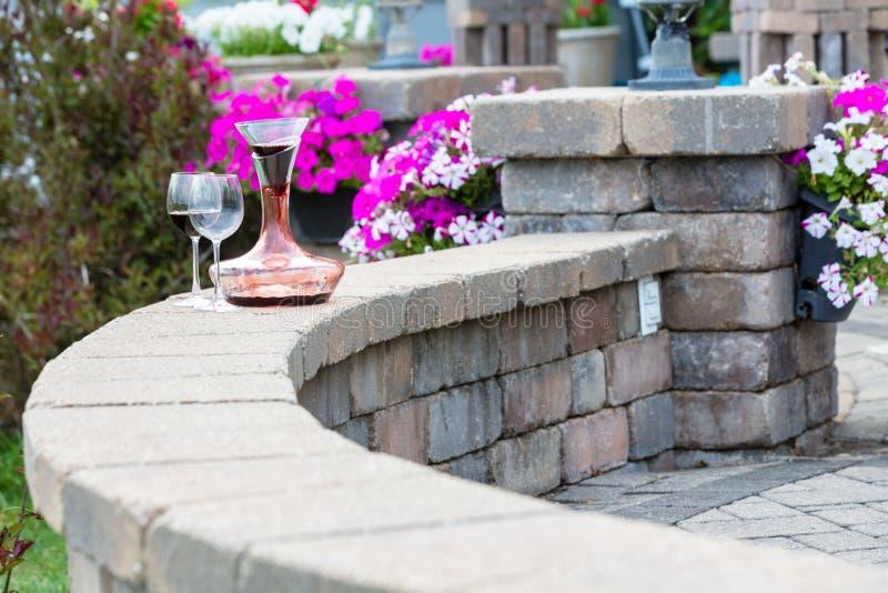 Dekantator wietrzy na patio ścianie czerwone wino fotografia stock
