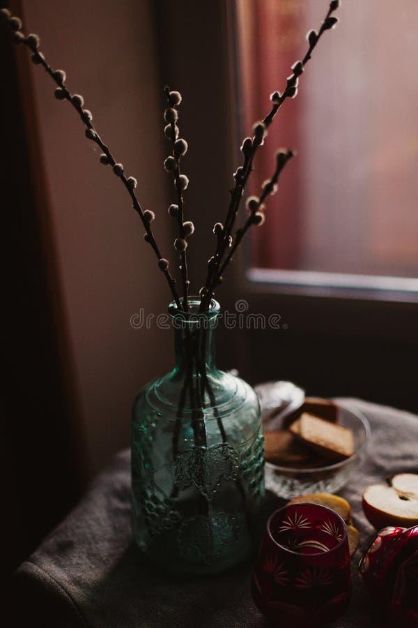 Dekantator z suchymi wierzbowymi gałązkami fotografia stock