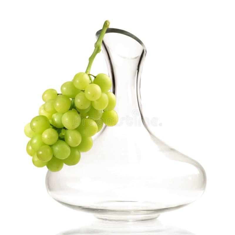 Dekantiergefäß mit Trauben auf weißem Hintergrund stockbild