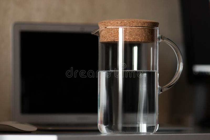 Dekantiergefäß mit Wasser stockfotos