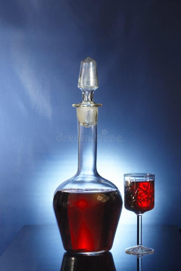 Dekantiergefäß und Glas mit lequeur stockbilder