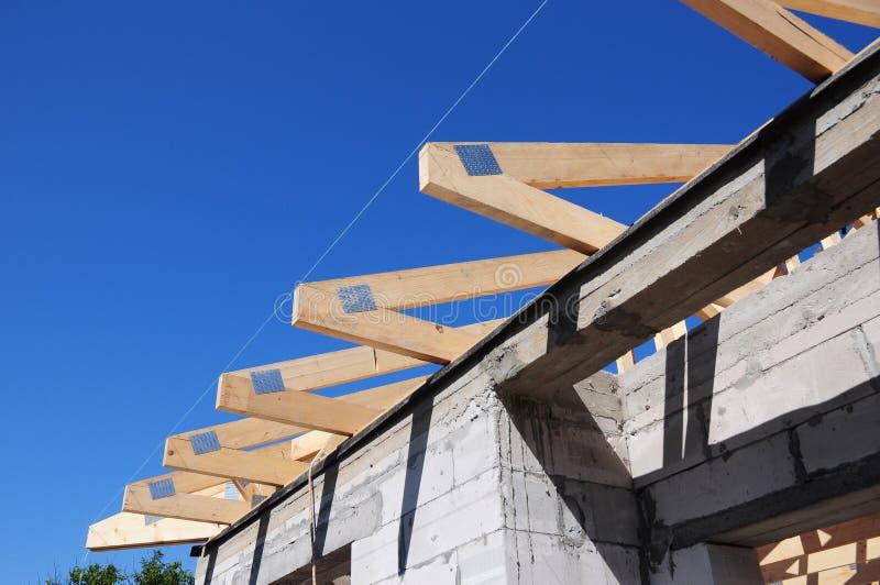 Dekarstwo budowy cegły domu praca Plenerowa zdjęcie stock