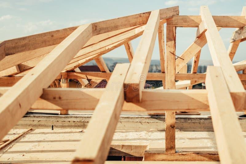 Dekarstwo budynek, budowa szczegóły Drewniana dach rama przy Domową budową zdjęcie royalty free