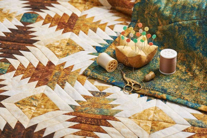 Dekbed van ananasblokken wordt genaaid, naaiende toebehoren op rug van dekbed dat royalty-vrije stock fotografie