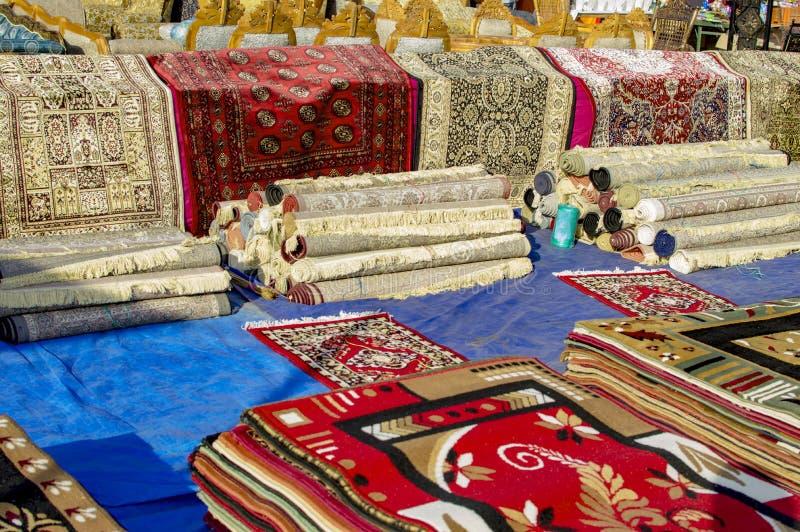 Dekens en tapijten op verkoop stock foto