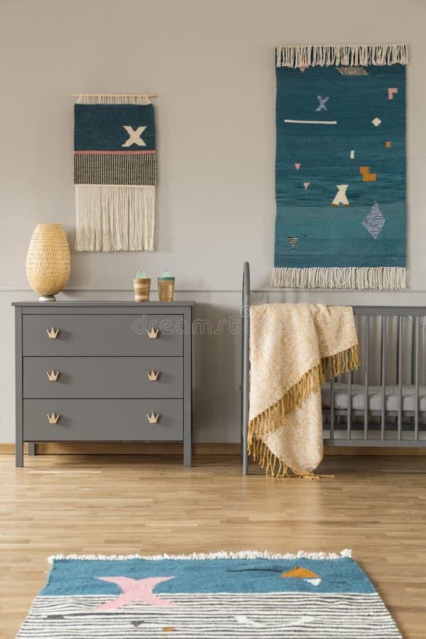 Dekor auf der Wand über grauem Kabinett und Kind` s gehen mit blanke zu Bett lizenzfreie stockfotos
