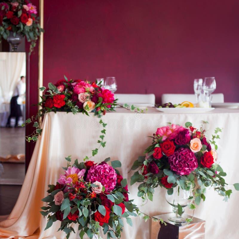 Dekor av nygifta personerna Siden- borddukar, röda blommor Ställe för text överst royaltyfria foton