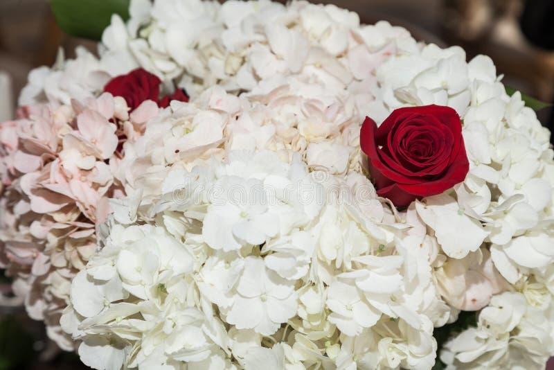 Dekor; Blumenanordnung für gesellschaftliches Ereignis - Hochzeit lizenzfreie stockfotografie