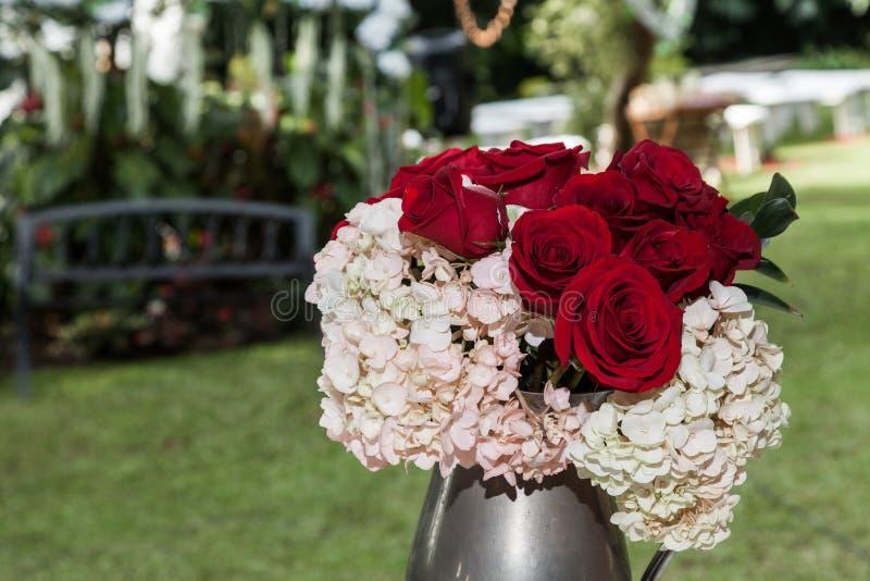 Dekor; Blumenanordnung für gesellschaftliches Ereignis - Hochzeit lizenzfreies stockfoto