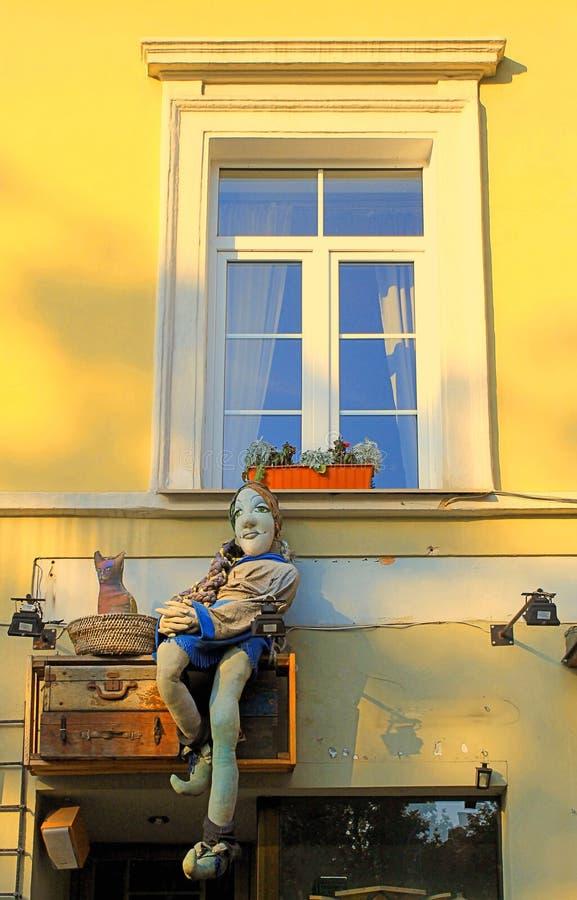 Dekor des Fensters und handgemachter des Spielzeugs der Weinlese im alten Steinhaus stockbilder