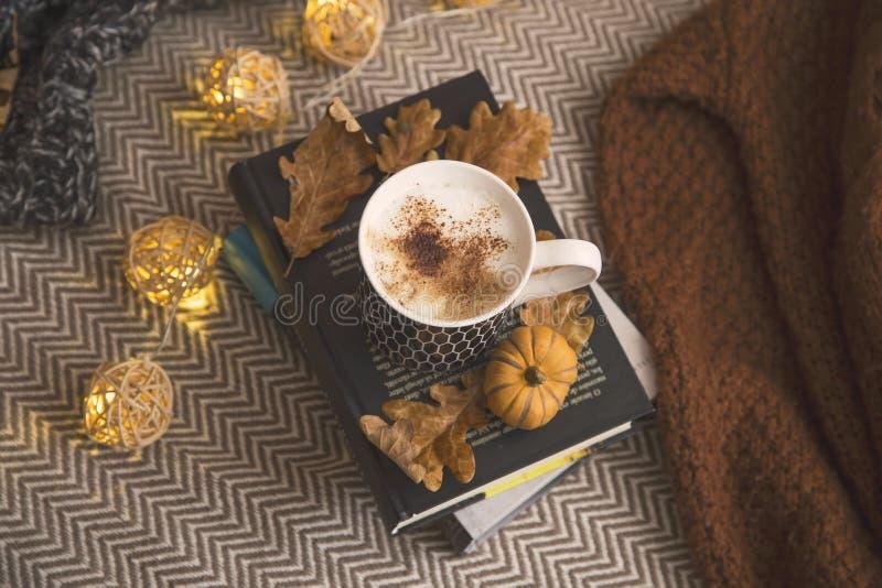 Dekor för höstlivsstilhem med böcker och kaffe eller varm chocola royaltyfri fotografi