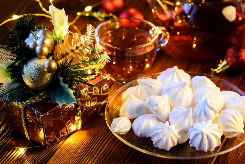Dekor för ` s för nytt år: maräng, kopp te och julpynt royaltyfria bilder