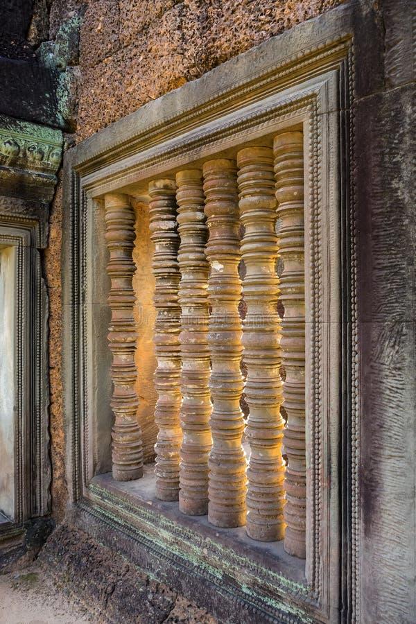 Dekor för stenpelarfönster i den Banteay Samre templet i Cambodja fotografering för bildbyråer