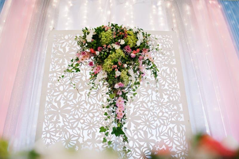 Dekor med blommor på brölloptabellen av nygifta personer arkivfoton