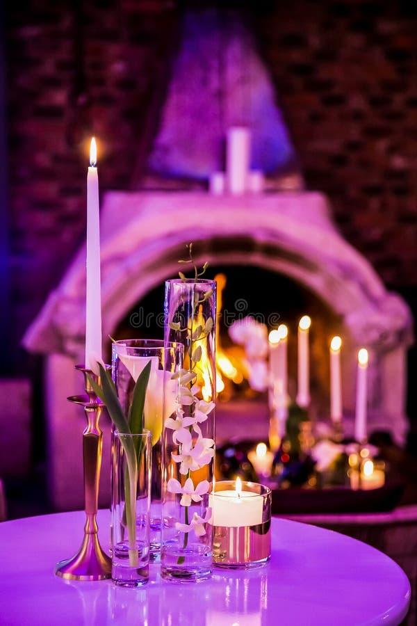 Dekor med stearinljus och lampor för företags händelse eller galamiddag arkivfoton