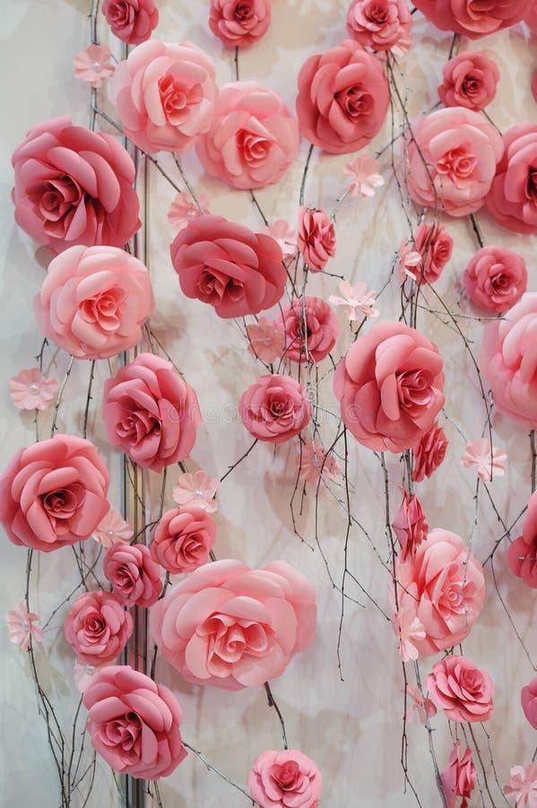 Dekor von rosa und roten Blumen auf der Wand für die Hochzeitszeremonie stockfotos