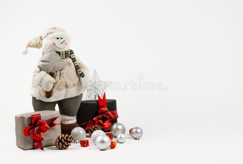 Dekoraci bożenarodzeniowy tło Ubierająca bałwan zabawki sosna w ręce xmas i bożych narodzeń prezenty, nowy rok ornamenty, srebrzy fotografia royalty free