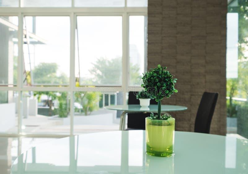 Dekoraci sztuczny drzewo w zielonej wazie na stole, wewnętrzna nowożytna dekoracja fotografia stock