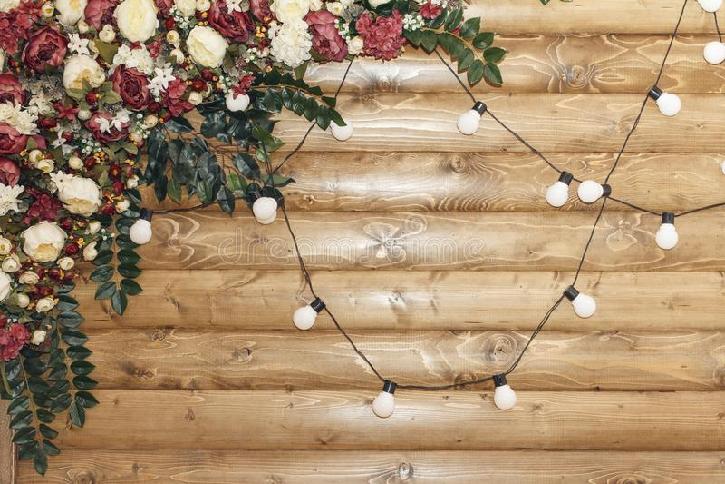 Dekoracja dla ślubnej ceremonii na drewnianym tle z lampową girlandą kosmos kopii zdjęcia royalty free