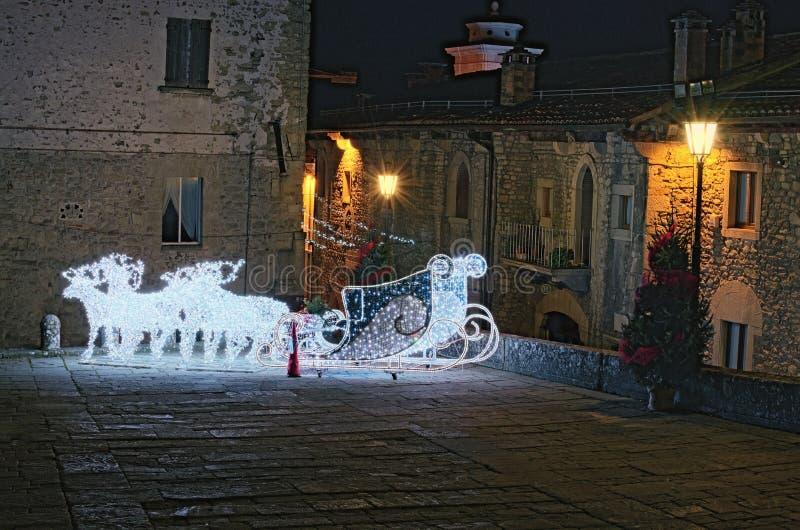 Dekoracja dla bożych narodzeń i nowego roku świętowania Rzeźbi od lampionów rogacz i sanie dla Święty Mikołaj San marino zdjęcia stock