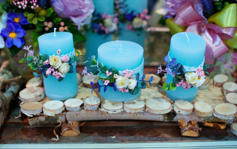 Dekoracja kwiaty i świeczki przy ślubu stołem w restauraci zdjęcia royalty free