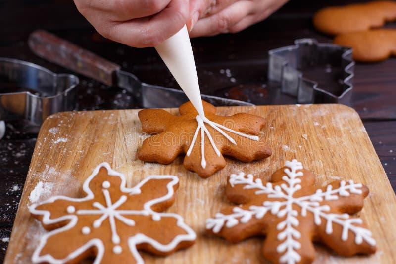 Dekoracja proces Bożenarodzeniowa piekarnia Cukierniczy dekorować zdjęcia stock