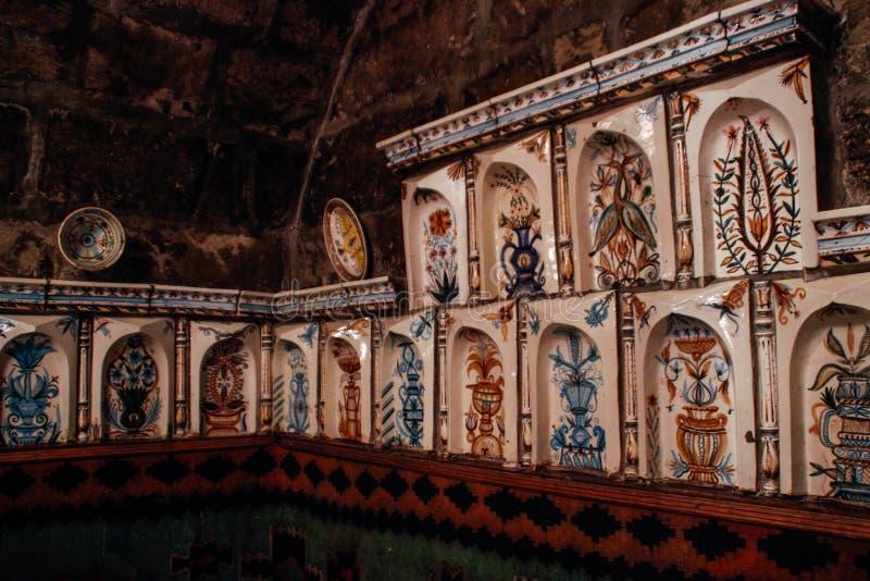 Dekoracja restauracja z tradycyjnymi Azerbejdżańskimi ceramicznymi płytkami z obrazem zdjęcie royalty free