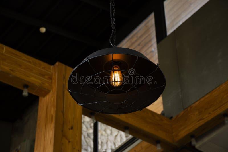 Dekoracja rocznika klasyczna retro lampa i świecznik wśrodku przy restauracją fotografia stock