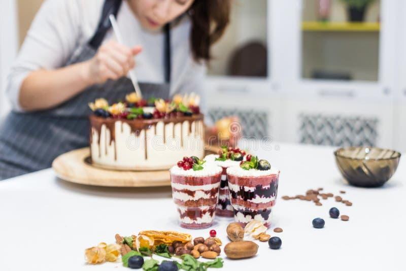 Dekoracja sko?czony deser Ciasto szef kuchni kropi ciasteczko z koloru ? zdjęcie stock