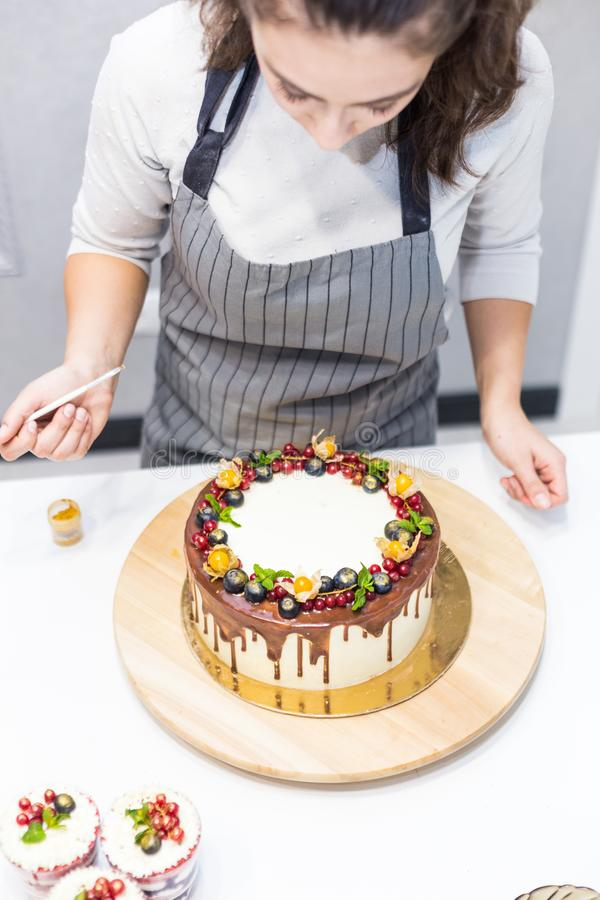 Dekoracja sko?czony deser Ciasto szef kuchni kropi ciasteczko z koloru ? obraz royalty free