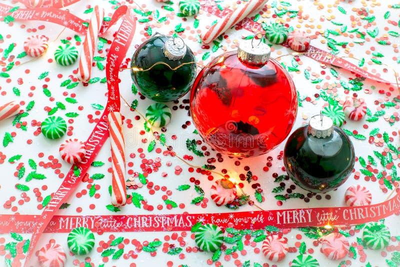 Dekoracja z czerwony fluid wypełniającymi bożymi narodzeniami ornamentuje piłkę i dwa zielenieją wypełniać ornament piłki otaczać zdjęcie stock