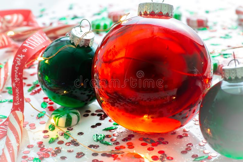 Dekoracja z czerwony fluid wypełniającymi bożymi narodzeniami ornamentuje piłkę i dwa zielenieją wypełniać ornament piłki otaczać obraz stock