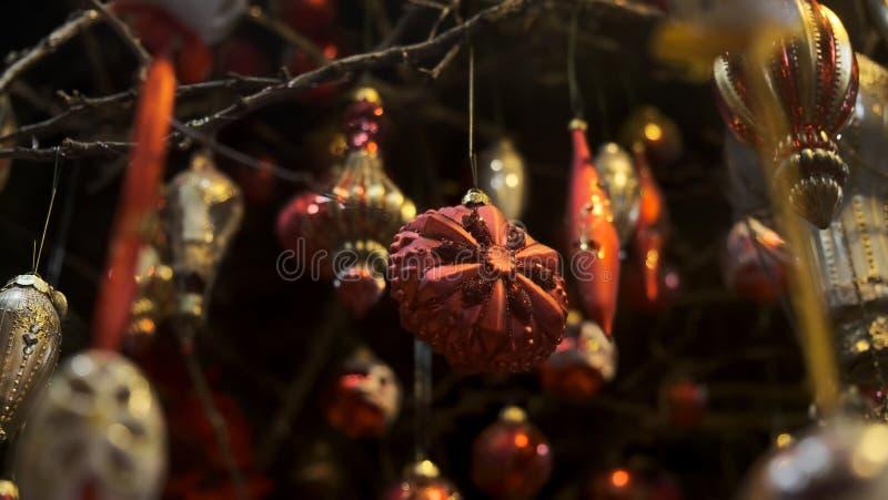 Dekoracje świąteczne wiszące na wstążce obrazy stock