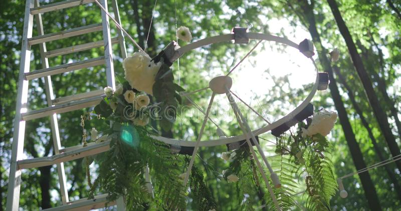 Dekoracje dla ślubnej ceremonii z białymi kwiatami fotografia royalty free