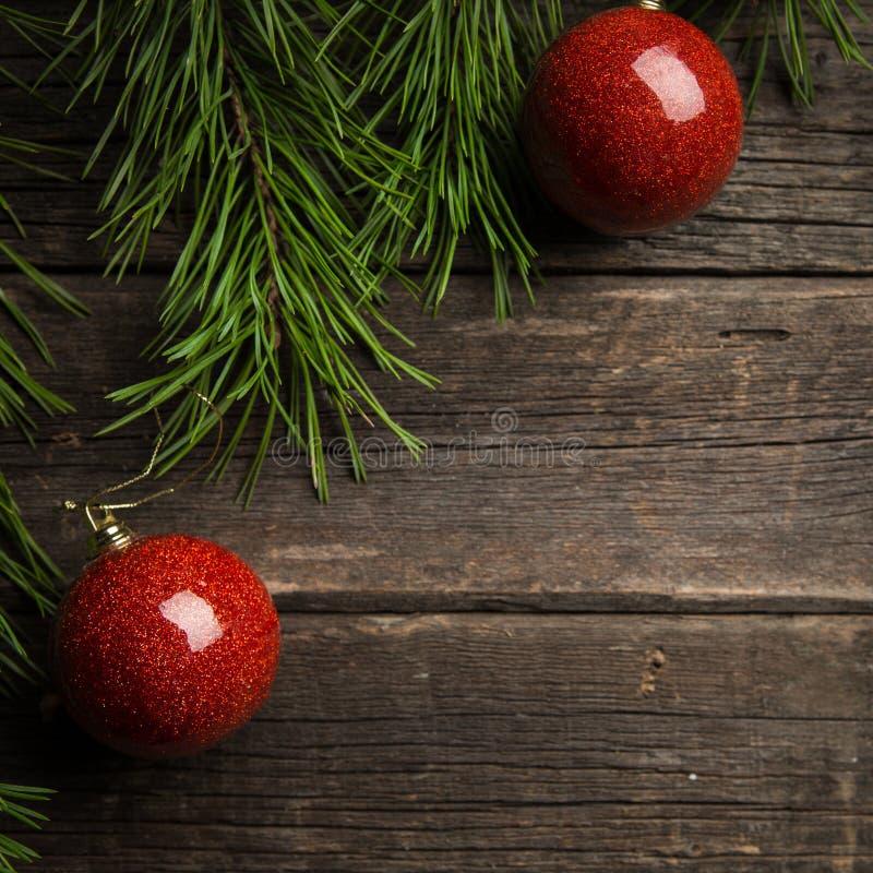 Dekoracje zielone jedlinowe gałąź, czerwone szklane Bożenarodzeniowe piłki obrazy stock
