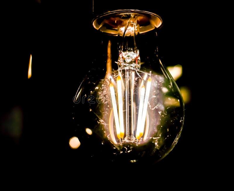 Dekoracyjna antykwarska Edison stylu żarówka na czarnym tle fotografia stock