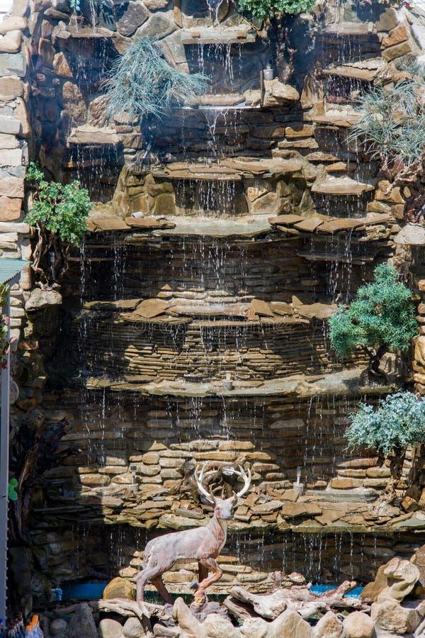 Dekoracyjna fontanny siklawa robić kamień zdjęcie royalty free
